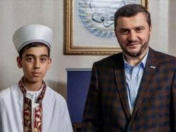 فتى يختم القرآن بتلاوة واحدة في المانيا