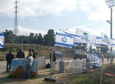 بعد تزايد عمليات الطعن : الاحتلال يباشر بتشييد جدار على طريق 443