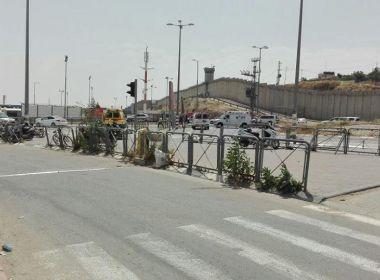 الاحتلال يطلق النار لى سيدة فلسطينية على حاجز قلنديا بحجة محاولة طعن