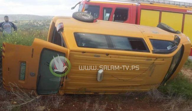 اصابة 3 مواطنين في حادثة انقلاب مركبة عمومية شرق جنين