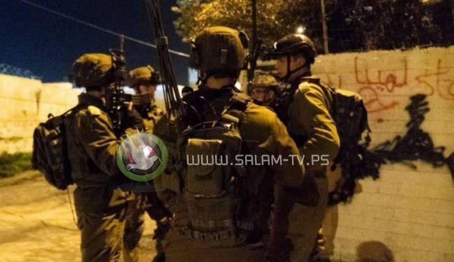 الاحتلال يعتقل مواطنين في الضفة ويزعم ضبط سلاح محلي