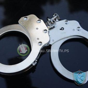 الشرطة تضبط مصنع لإنتاج مواد تعقيم بدون ترخيص في طولكرم