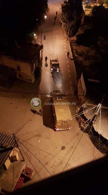 قوات الاحتلال تقتحم ضاحية شويكة بطولكرم وتنفذ عمليات دهم وتفتيش واسعة
