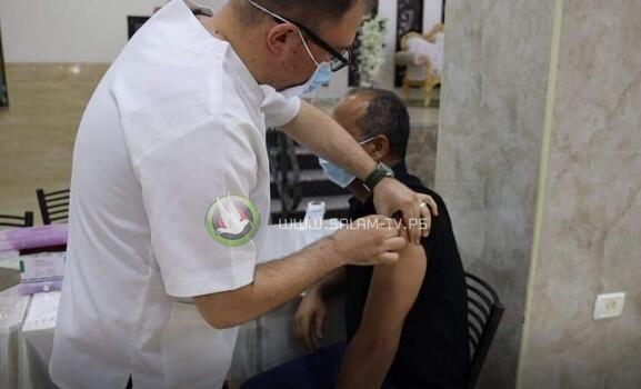 غـزة: قرار بإلزام الموظفين الحكوميين بضرورة الحصول على التطعيم ضد (كورونا)