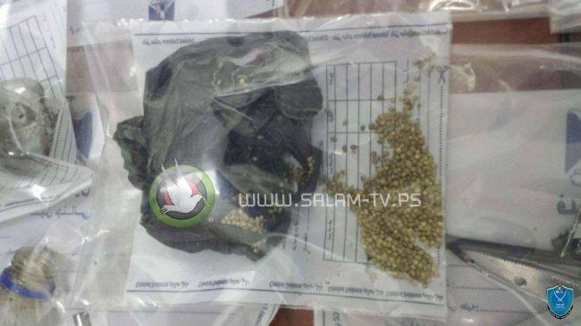 الشرطة تضبط 723 بذرة ماريجوانا ومواد يشتبه أنها مخدرة بحوزة شخص في طولكرم