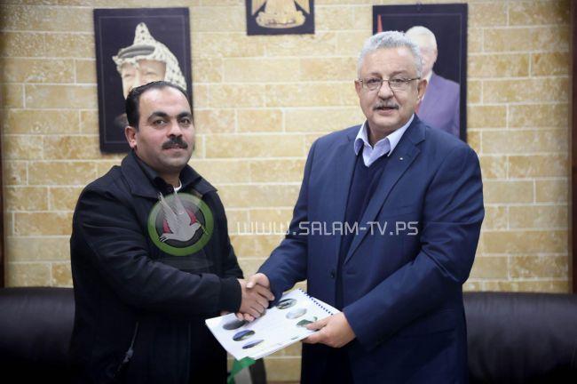 محافظ طولكرم عصام أبو بكر يتسلم التقرير السنوي لمديرية زراعة طولكرم لعام 2019