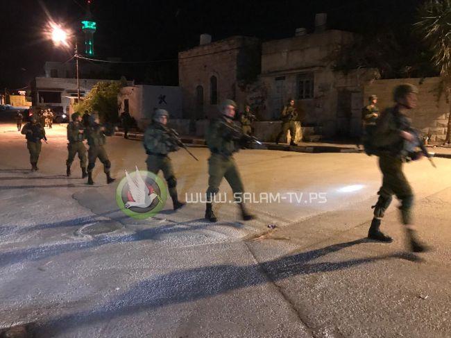 الاحتلال يعتقل شابين في حملة مداهمة واسعة لضاحية شويكة شمال طولكرم .. شاهد الفيديو