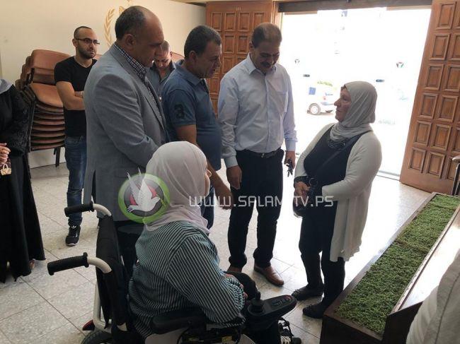طولكرم : تسليم مكرمة رئاسية لطالبة من ذوي الإعاقة