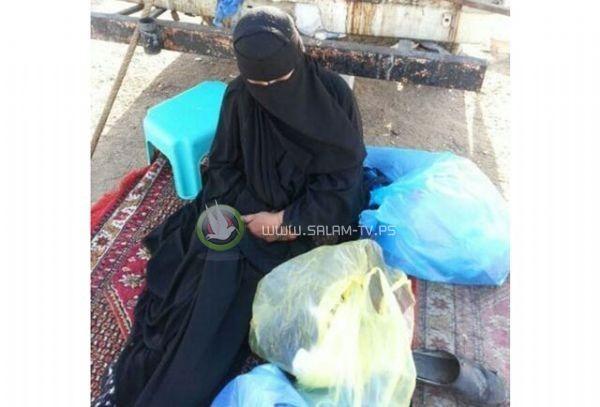 ام رماها أبناؤها لتأكل من القمامة : شاهد الفيديو