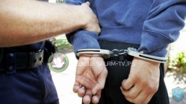 الشرطة تقبض على مشتبه به بالإعتداء على عناصرها بنابلس