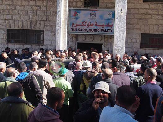موظفو وأعضاء بلدية طولكرم يعتصمون رفضاً لقرار وزارة الحكم المحلي بتعيين مراقب مالي على البلدية