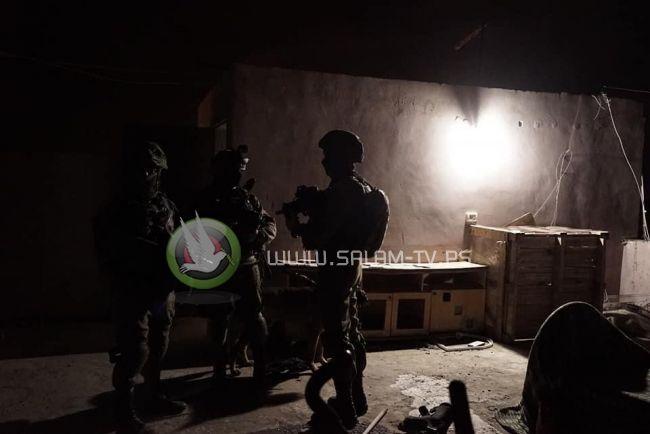 الاحتلال يعتقل فتاة ويسرق مبلغاً مالياً ويحطم مركبة والدها شرق طولكرم