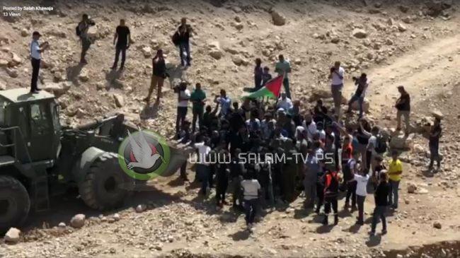 الاحتلال يغلق الطرق المؤدية لقرية الخان الاحمر