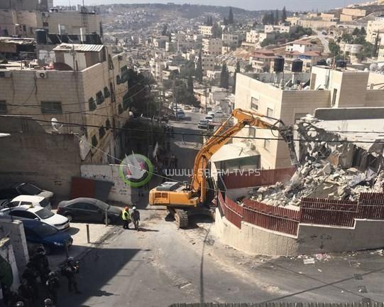 جرافات الاحتلال تهدم بناية سكنية في القدس