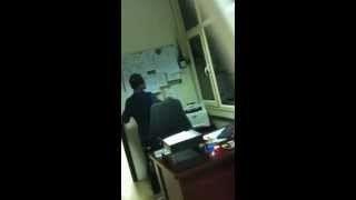 بالفيديو.. خليجي يجبر هندياً على فصل السلك الكهربائي المحترق لينفجر بوجهه