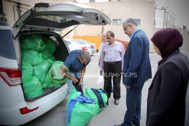 المحافظ أبو بكر يسلم ملابس للجنة زكاة طولكرم المركزية مقدمة من أهلنا في كفر ياسيف