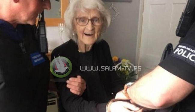 الشرطة البريطانية تقبض على مسنة 93 عاما بتهمة السرقة