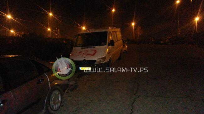 مستوطنون يخطون شعارات عنصرية على جدران المنازل والمركبات شرق قلقيلية