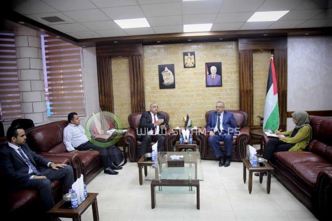 محافظ طولكرم عصام أبو بكر يلتقي الرئيس التنفيذي لهيئة تشجيع الاستثمار الفلسطينية