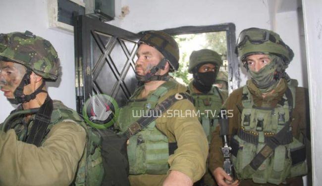 جيش الاحتلال يعتقل 7 شبان ويسرق أموالاً من منازل المواطنين