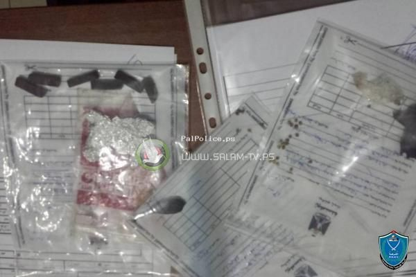 الشرطة تلقي القبض على شخص بحوزته مواد يشتبه ان تكون مخدرة في طولكرم