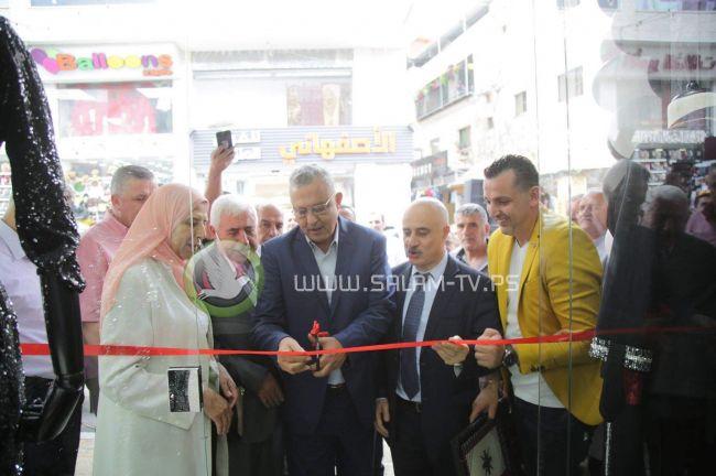 محافظ طولكرم عصام أبو بكر يفتتح المعرض الجديد لثابت ايليت .. فيديو