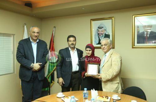 الطالبة الجامعية الكفيفة حسناء عمر من طولكرم تتحدث ست لغات والجامعة تكرمها