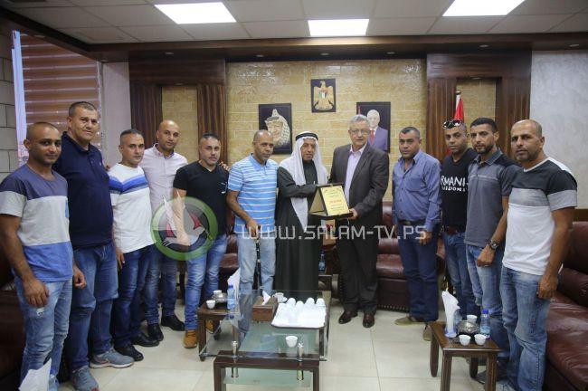 أسرى محررون من مخيم طولكرم يكرمون المحافظ أبو بكر