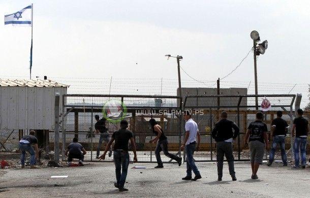 المئات يرشقون قوات الاحتلال قرب سجن عوفر