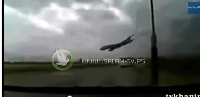 بالفيديو : لحظة سقوط الطائرة الجزائرية ومقتل أكثر من 100 شخص
