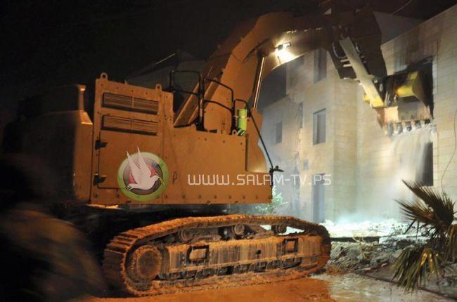 الاحتلال يهدم مبنى قيد الانشاء في بلدة العيسوية بحجة البناء دون ترخيص
