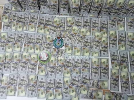 من سوابق مخدرات الى تزييف العملة والشرطة تقبض عليه وتضبط بحوزته 10 الآف دولار مزيفة في طولكرم