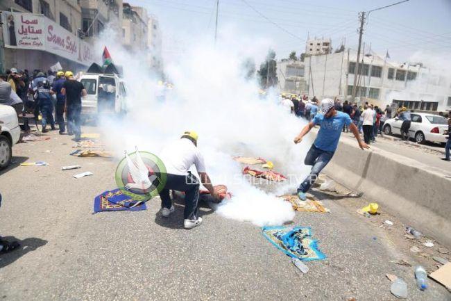 عشرات حالات الاختناق بالغاز المسيل للدموع قرب حاجز قلنديا