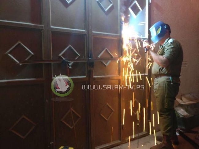 قوات الاحتلال تستولي على عدد من المركبات من ورش تصليح في طولكرم