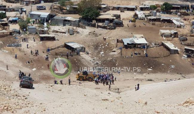 المعتصمون يتصدون لمستوطنين اقتحموا قرية الخان الاحمر المهددة بالهدم