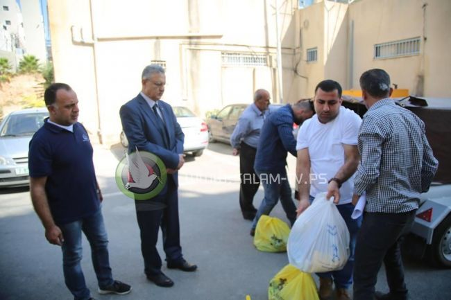 محافظ طولكرم يسلم طرودا غذائية لمجموعة من العائلات المستورة مقدمة من جمعية الكتاب المقدس الفلسطينية