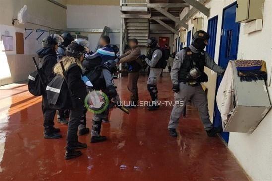 نادي الاسير: لا اتفاق بين الأسرى وإدارة المعتقلات