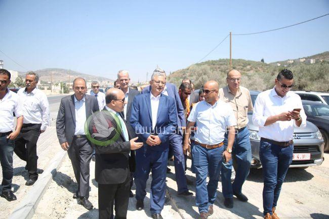 محافظ طولكرم ووزير الأشغال العامة يتفقدان مشروع تأهيل شارع عنبتا – نور شمس – طولكرم