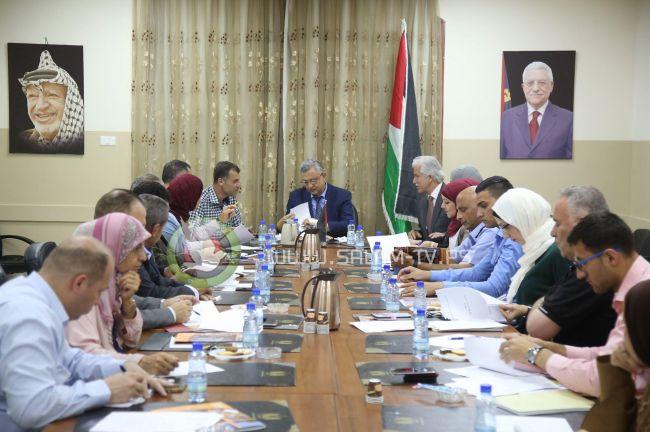 محافظ طولكرم عصام أبو بكر يجتمع مع لجنة تطوير القطاع السياحي