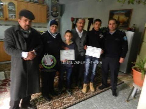 شرطة الخليل تكرم طفلين على أمانتهما