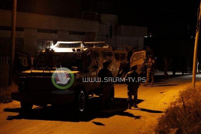 قوات الاحتلال تعتقل شابين من مخيم طولكرم بعد مداهمة منزليهما