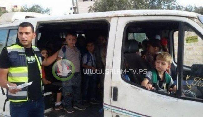 الشرطة تضبط مركبة تعمل على نقل الطلاب بحمولة 8 وبداخلها 15 طالب