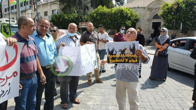 طولكرم: وقفة احتجاجية ضد التطبيع المجاني مع الاحتلال .. فيديو