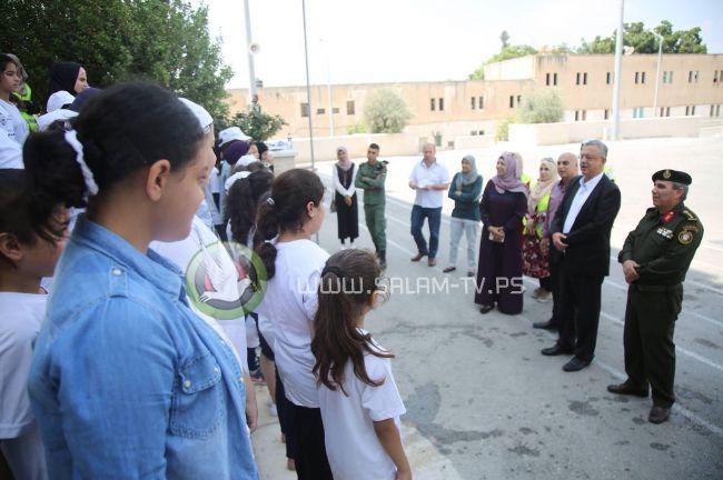 محافظ طولكرم عصام أبو بكر يتفقد عدداً من المخيمات الصيفية باستضافة قوات الأمن الوطني