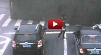 بضع سنتيمترات تفصل رجل الموت سحقاً - شاهد الفيديو