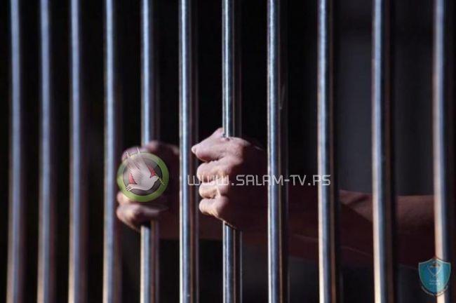 الشرطة تقبض على مشتبه به بالشروع بالقتل وتضبط مواد يشتبه أنها مخدرة بحوزته في جنين