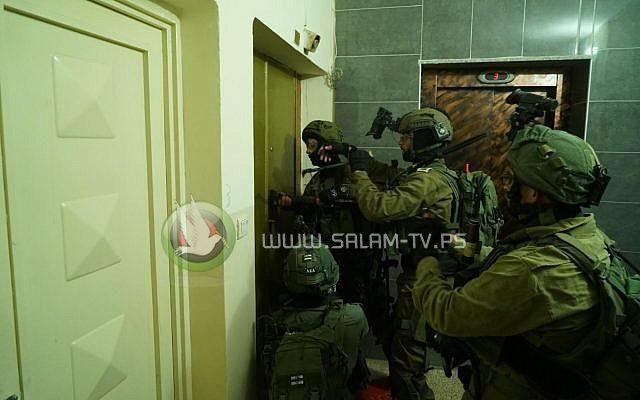 اعتقال شقيقين من مخيم الجلزون