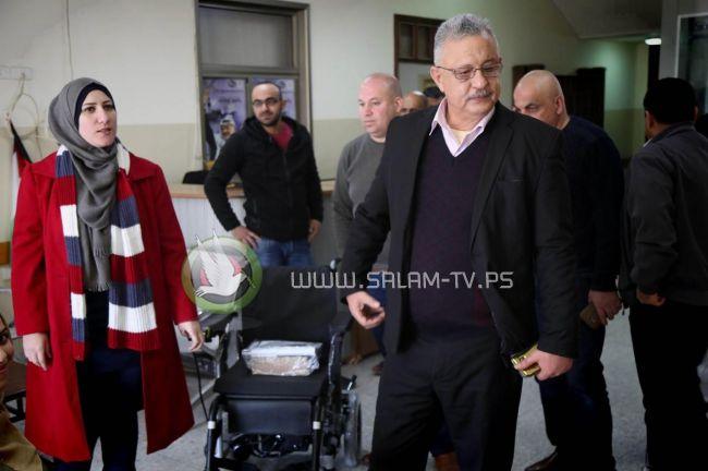محافظ طولكرم عصام أبو بكر يسلم كرسي كهربائي لفتاة من ذوي الإعاقة
