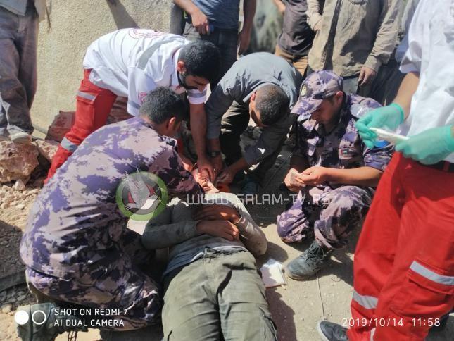 اصابة عامل جراء سقوطه عن علو