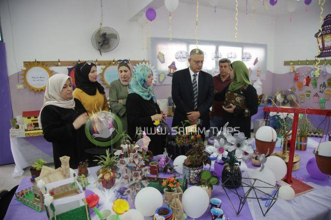 """محافظ طولكرم عصام أبو بكر يطلع على زوايا معرض """"فوانيس بيئية """" في مدرسة عزبة شوفة الأساسية المختلطة"""